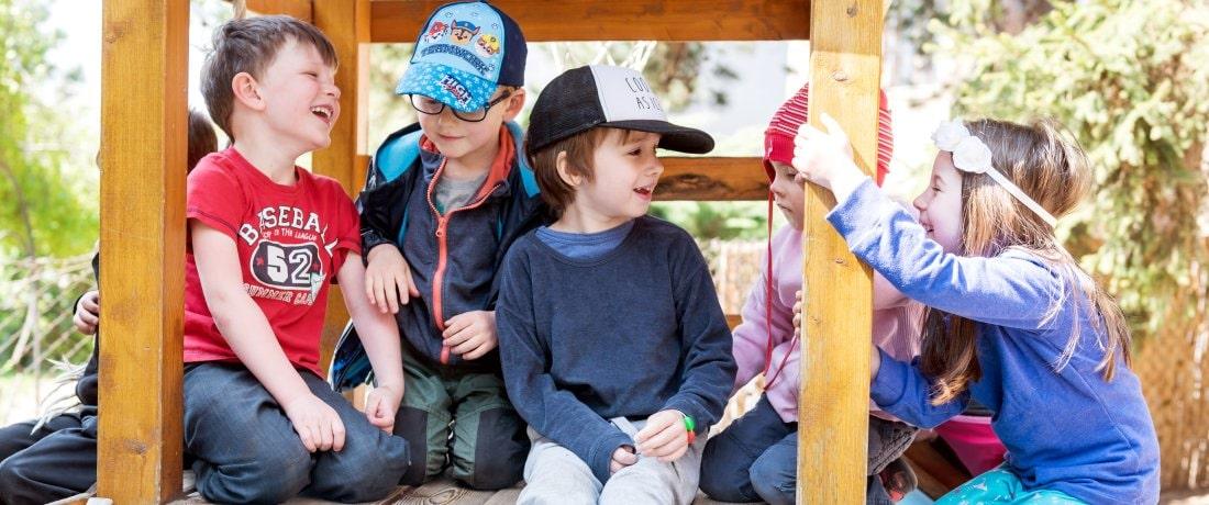 Děti se baví na prolézačce